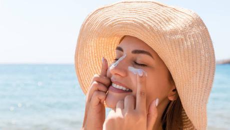 mujer-crema-solar-facial