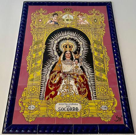 Retablo cerámico de la Virgen del Socorro.
