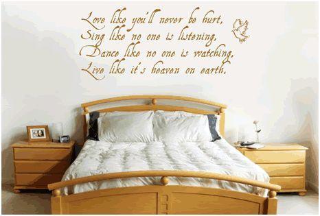 Un poema decorando el cabecero de la cama.