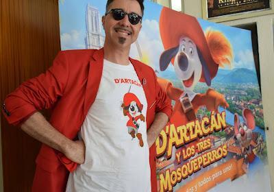 Toni Garcia, director de 'D'Artacán y los tres mosqueperros', con el cartel de la película en el Capri. Foto: Toni Delgado / Cronómetro de Récords.
