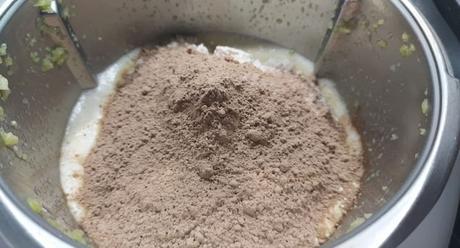 Ponemos el chocolate y la harina y lo mezclamos todo bien