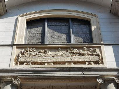 'La última cena' que se puede ver en una fachada de Madrid