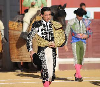 SALIDA A HOMBROS DE JUAN ORTEGA Y PABLO AGUADO EN LUCENA ANTE UN DESCASTADO ENCIERRO DE MURUBE