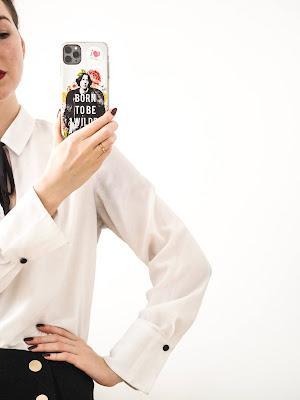 Mujer sacándose una foto con el móvil