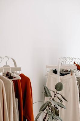 Prendas colgadas en percheros en una tienda de ropa
