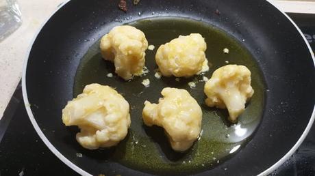 Ponemos la coliflor en una sartén con aceite y freimos