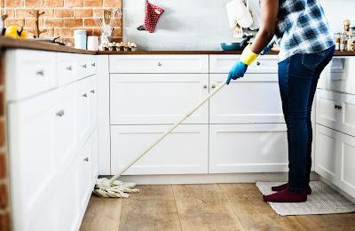 Persona fregando el suelo de la cocina