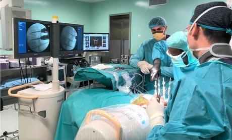 Fijación y estabilización de la columna vertebral accesible en pacientes no candidatos a cirugía abierta