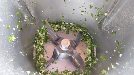 Cómo hacer con robot de cocina picada de ajo y perejil