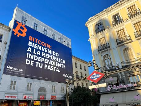 Bit2Me conquista la Puerta del Sol con una lona gigante con un mensaje que no pasa desapercibido