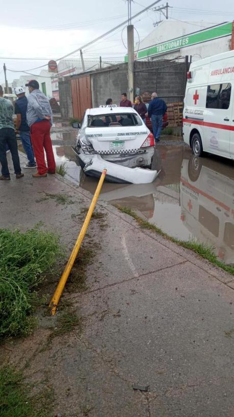 (video) Taxi pierde control y atropella 3 personas en Periférico