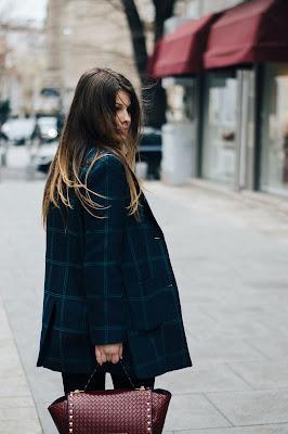 Mujer posando con una blazer en la calle