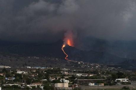 La lava en La Palma avanza hacia el mar