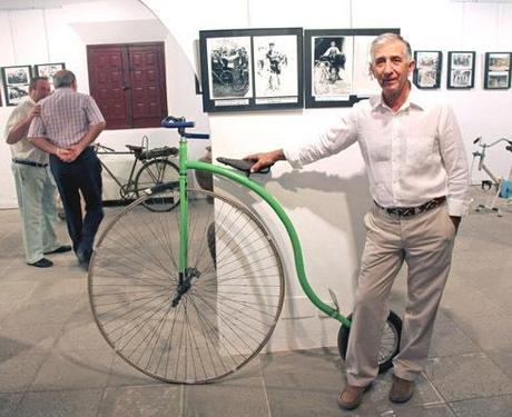Ángel Morales en la exposición. (Foto: tomelloso.es)