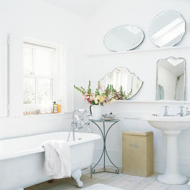 Baño Blanco Suelo Madera:Al segundo baño le dan un delicioso aire vintage los espejos antiguos
