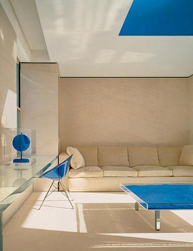 Yves klein blue table paperblog for Table yves klein