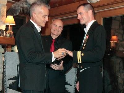 El primer militar gay que contrae matrimonio en EEUU