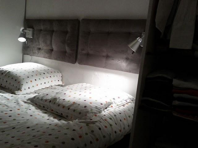 Ikea hack cabecero con cojines y l mparas de pared - Cabeceros con cojines ...