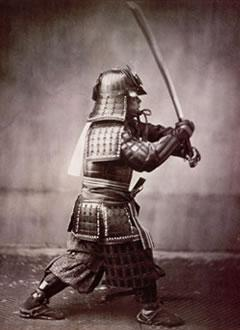 Guerrero samurái con espada japonesa