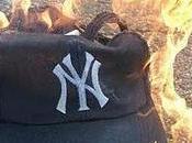 Fanaticos disgustados queman gorra Yankees
