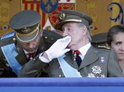 12-0, rey, cojo, preside desfile Fiesta Nacional, sentado; 15-O, indignación explota mundo entero.
