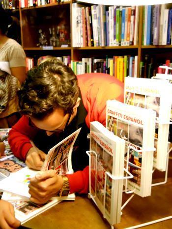 Mario Suárez, durante la firma de libros