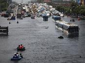 Vehículos estacionados autopista elevada para evitar inundación norte Bangkok, octubre 2011, Tailandia