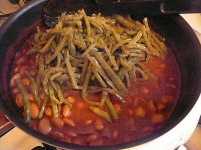 Frijoles blancos con nopales y salsa de chile guajillo