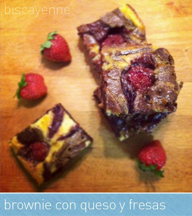 Brownie con queso y fresas