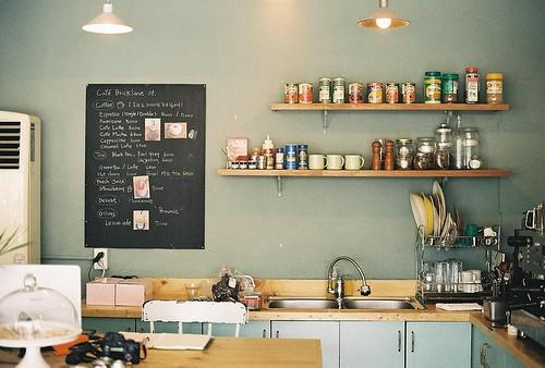 Quince cocinas con estantes paperblog for Color gris verdoso paredes