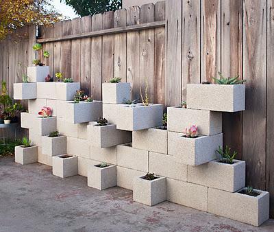 Usar bloques de hormigón como macetas