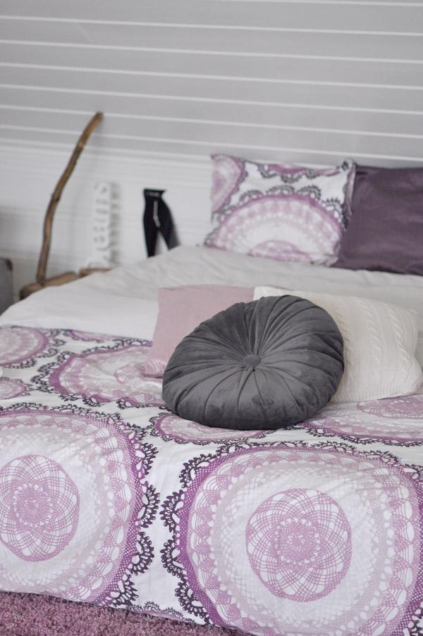 Dormitorio blanco gris y p rpura paperblog for Dormitorio gris y blanco