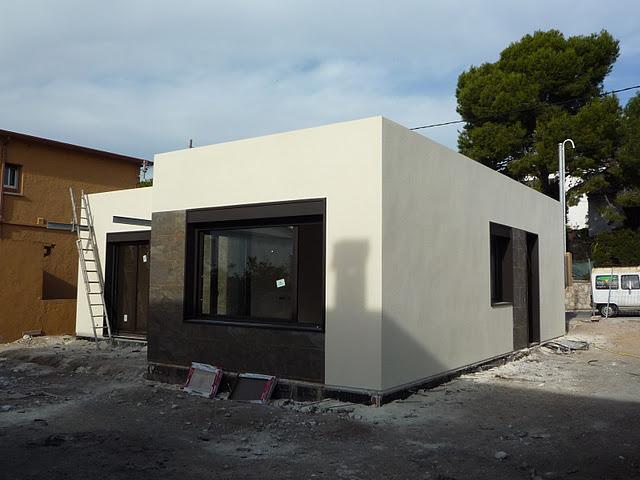 Casa blochouse en calafell acabando exteriores paperblog - Casas de panel sandwich ...