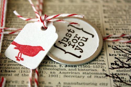envolver con papel de periódico – gift wrapping with newspaper