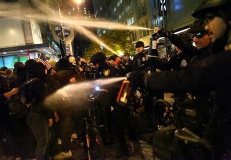 Los indignados también usan helicópteros no tripulados y celulares con Internet para luchar contra la censura y la represión.