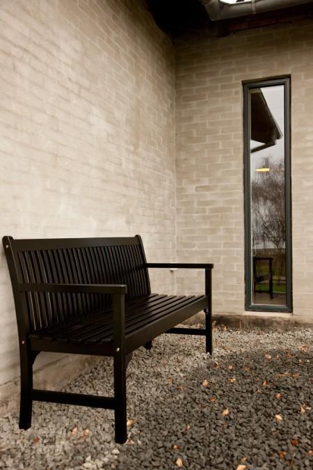 terraza de teca pared color berenjena muebles de terraza mecedora blanca eames estilo nórdico estilo clásico escandinavo diseño escandinavo diseño danés decoración en blanco y negro cuadro dibujos infantiles cocina moderna cocina blanca accesorios de ikea