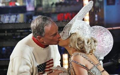 Lady Gaga besa al alcalde de Nueva York
