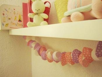 Guirnaldas y cojines para decorar la habitación de nuestros hijos