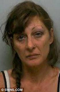 Mujer mata a su marido al tirar del freno de mano.