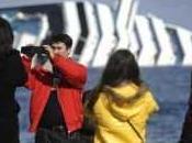 """Costa Discordia"". crucero varado atrae turismo macabro."