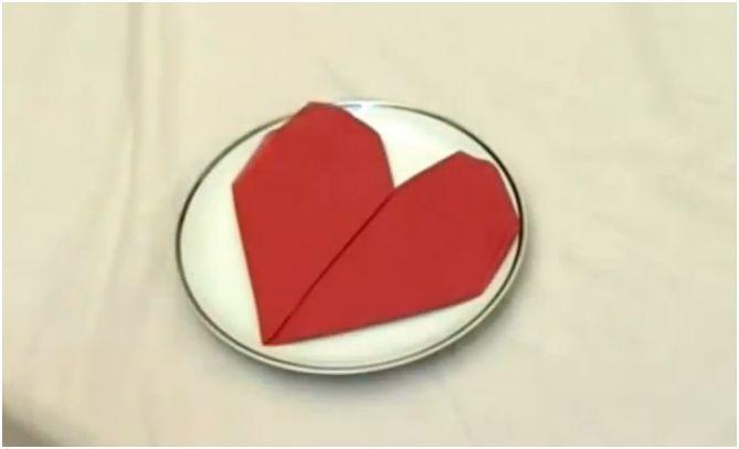 como doblar una servilleta con forma de corazon
