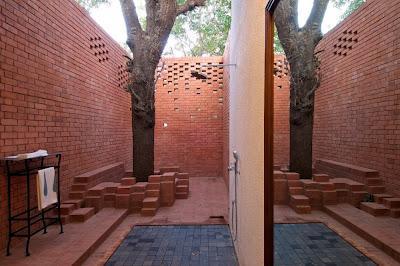 Baños modernos, abiertos al aire libre.
