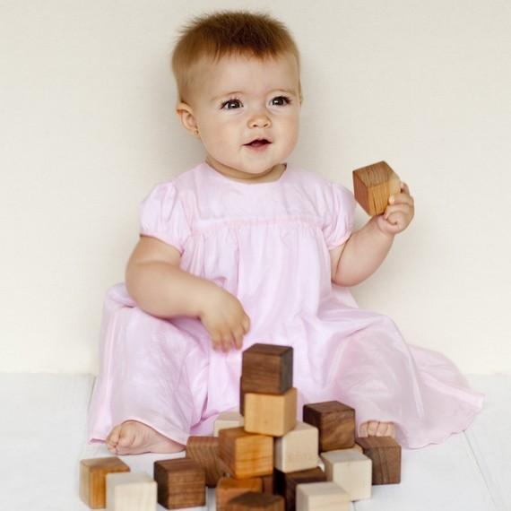 Cubos de madera que enseñan el lenguaje de signos a los niños