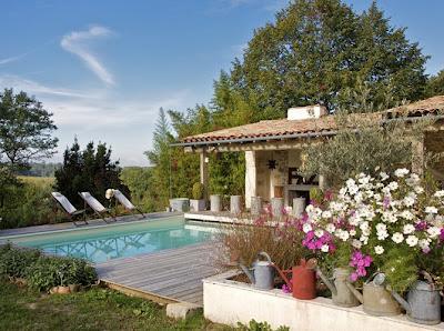 Jardines con piscinas rusticas paperblog for Jardines de casas rusticas
