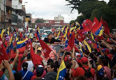Una multitud en la calle despidió a Chávez...
