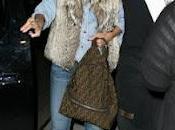 Rihanna sigue sorprendiendo, esta enorme raíz oscura cabello rubio