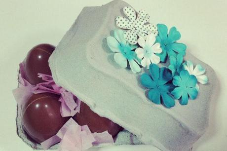 caja de huevos de Pascua con flores azules